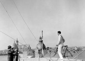 Rowerzysta na dachu - plakat