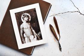 Akt, mężczyzna w wieńcu i przepasce - zdjęcie z passe-partout