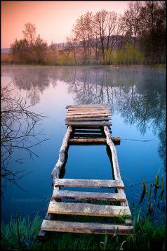 Drewniana kładka na jeziorze