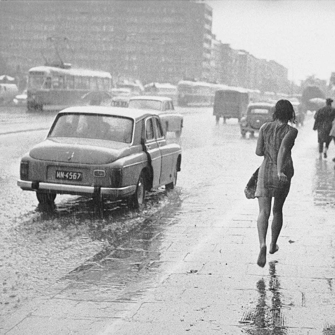 kobieta biegnąca ulicą Puławską w Warszawie